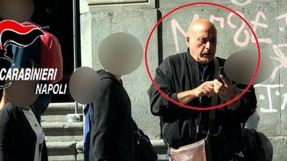 Parcheggiatore abusivo filmato mentre sfregia l'auto dei turisti