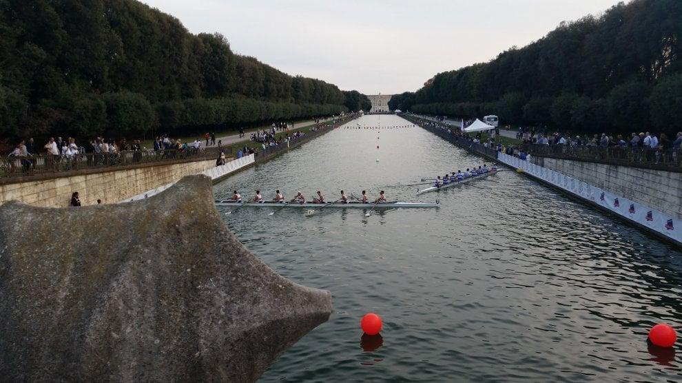 Reggia di Caserta, sfida di canottaggio nella fontana dei Delfini: vince Cambridge