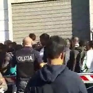 Napoli, ressa tra i richiedenti asilo allUfficio immigrazione ...
