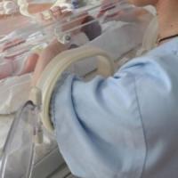 Nocera inferiore, un'infermiera cade su una bimba di 2 mesi e la schiaccia. La piccola ricoverata a Napoli