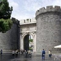 Clochard denuncia stupro a Napoli: arrestato un immigrato