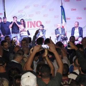 Tensione alla festa Mdp, centri sociali interrompono il dibattito. Annullato l'intervento di De Luca