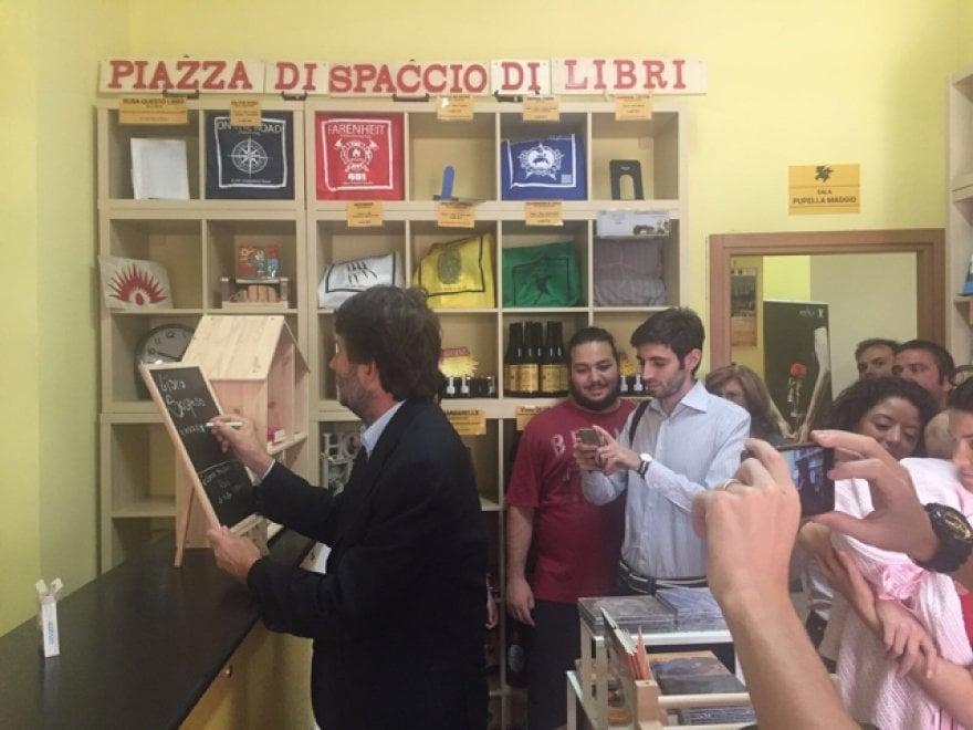 """Il ministro Franceschini visita la """"Scugnizzeria"""", la prima libreria dell'area tra Melito e Scampia"""