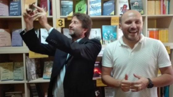 Franceschini nella piazza di spaccio di libri di Scampia. Il ministro visita la Scugnizzeria