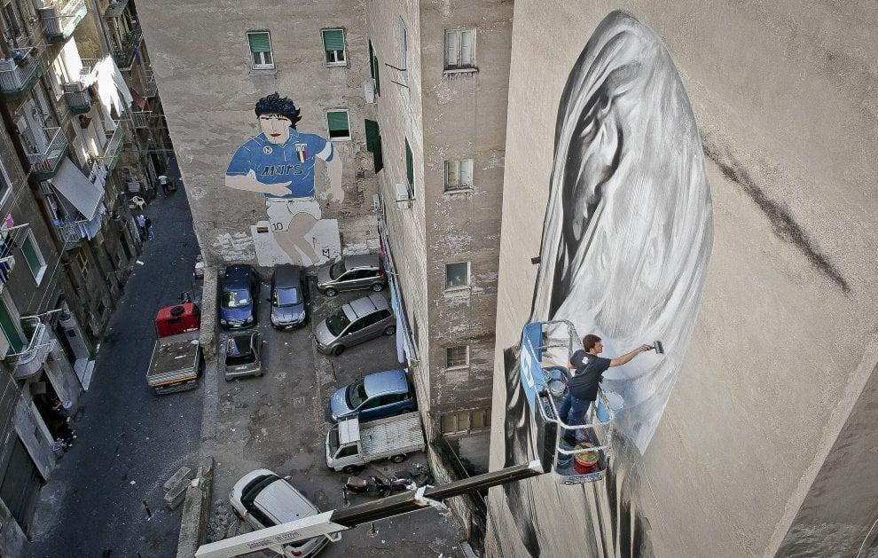 """Maradona ma non solo: ai Quartieri Spagnoli di fronte al murale del Pibe de Oro ecco la """"Pudicizia"""""""