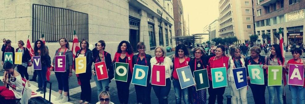 """""""Mi vesto di libertà"""": il flash mob della Cgil contro la violenza sulle donne a Napoli"""