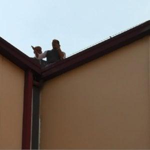 Avellino, parcheggiatori disoccupati minacciano il suicidio sul tetto del comune