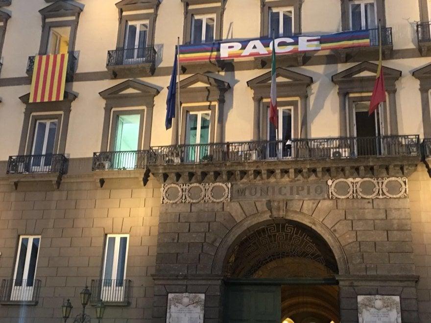 """De Magistris espone la bandiera della Catalogna da una finestra di Palazzo San Giacomo: """"È il vessillo di un popolo fratello ed amico"""""""