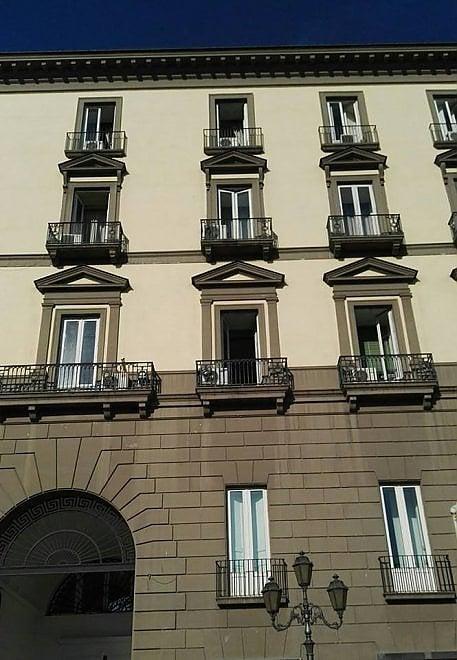Palazzo San Giacomo, ammainata la bandiera della Catalogna