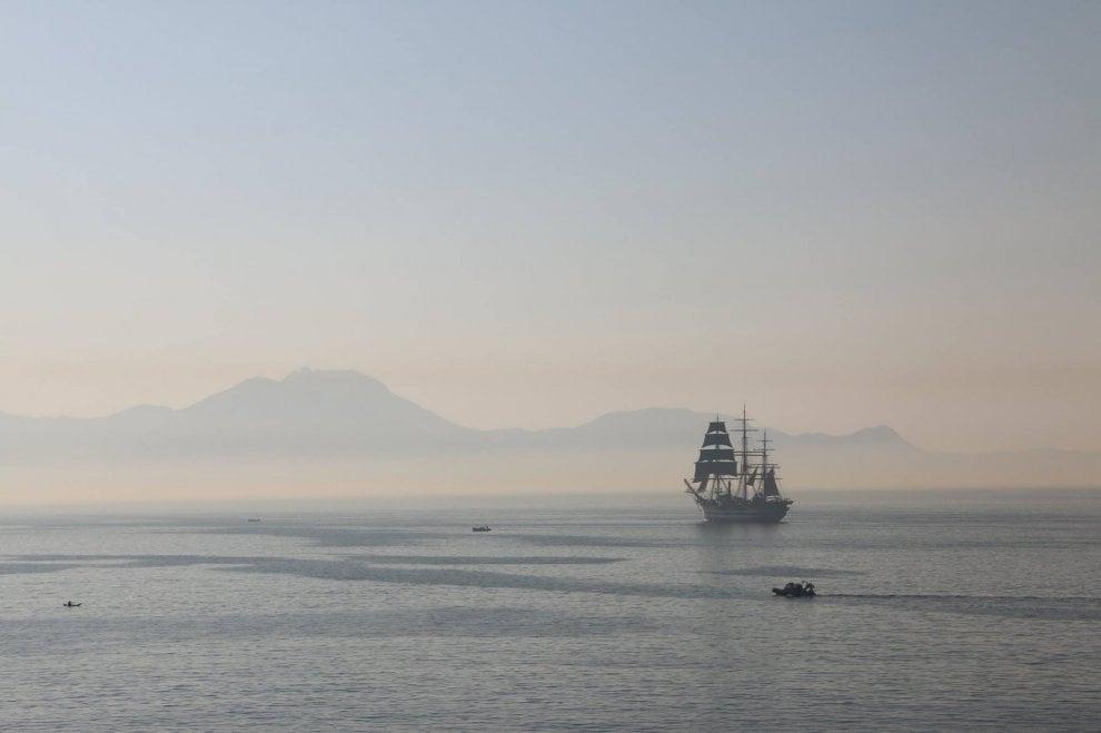 L'incanto del Vespucci all'alba: il veliero sembra un miraggio