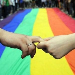 Gay diciottenne cacciato di casa riceverà un assegno mensile dai genitori