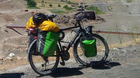 Fa il giro del mondo in bicicletta, ma sulla spiaggia di Castelvolturno gli rubano la bici