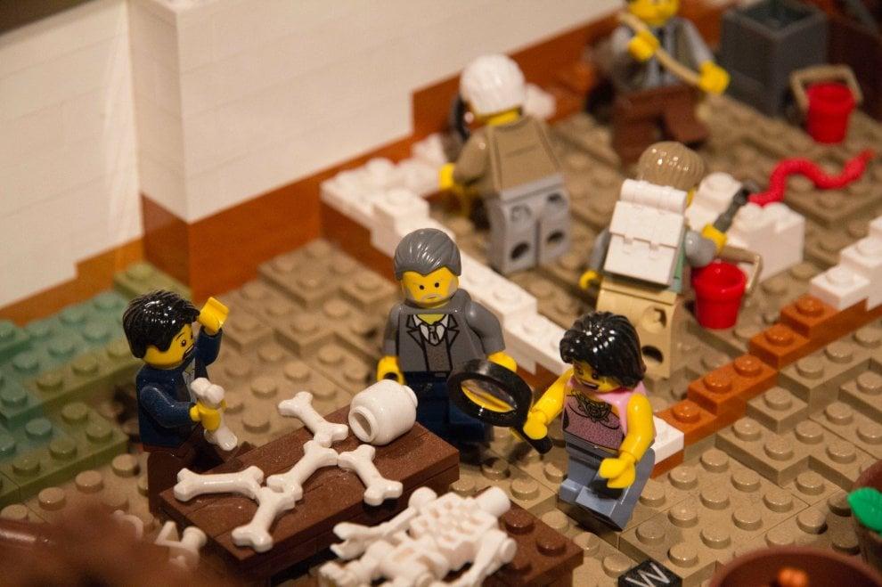 Il direttore Osanna nel modellino Lego degli scavi di Pompei