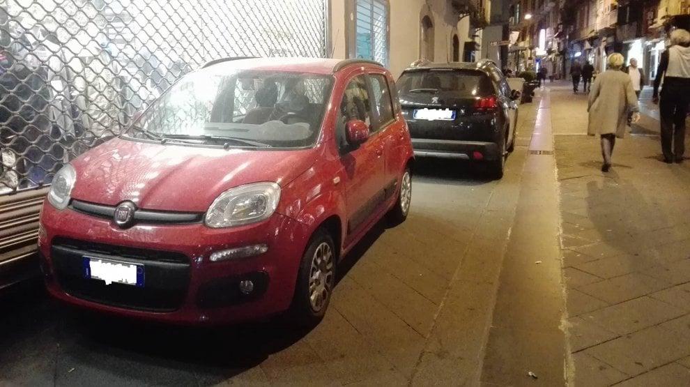 Via Chiaia, l'isola pedonale di notte diventa un parcheggio abusivo