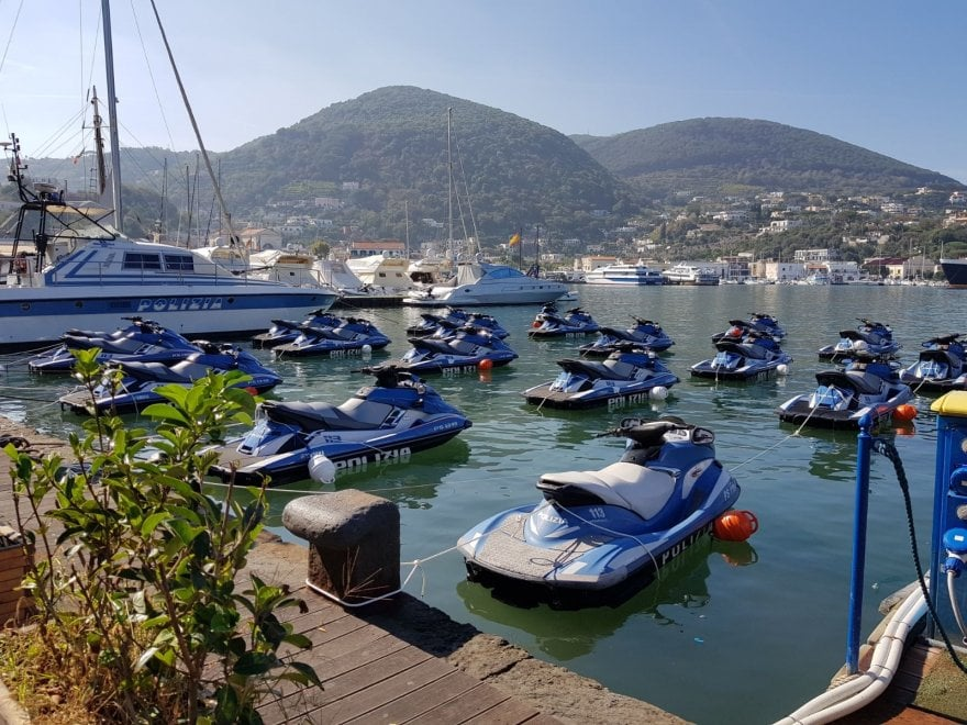 Ischia, operazione sicurezza G7: invasione di acquascooter della polizia