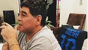 Maradona vede la partita del Napoli: alle sue spalle c'è la 10