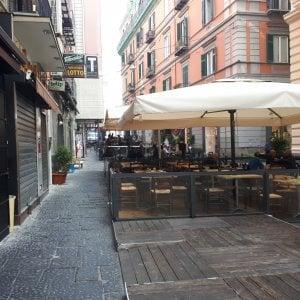 Napoli, notti fuori controllo: a Chiaia vasi di fiori contro la movida