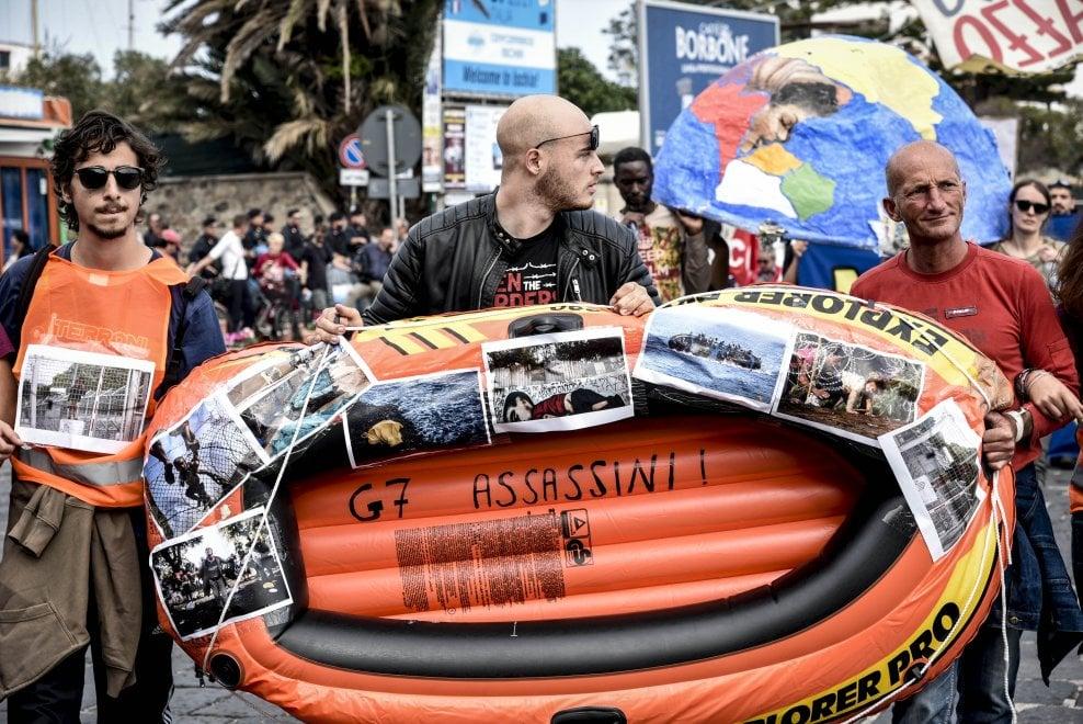 """G7 Ischia ,la protesta con il canotto arancione che rappresenta tutti i migranti: """"G7 Assassini"""""""