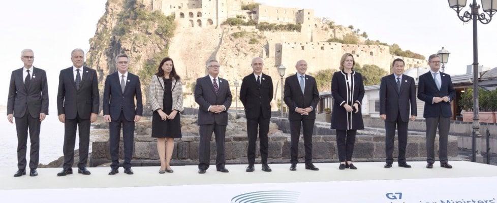 """Il G7-Day: i ministri dell'Interno a Ischia con i big del web, per fermare il terrorismo. Corteo degli antagonisti: """"Giustizia per i migranti"""""""