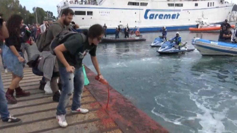 G7, pomodoro in mare come sangue, la protesta simbolo di Ischia