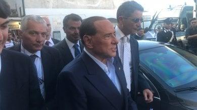 Berlusconi arriva a Capri  per il convegno Giovani Confindustria, a piedi nella piazzetta tra saluti e foto   video