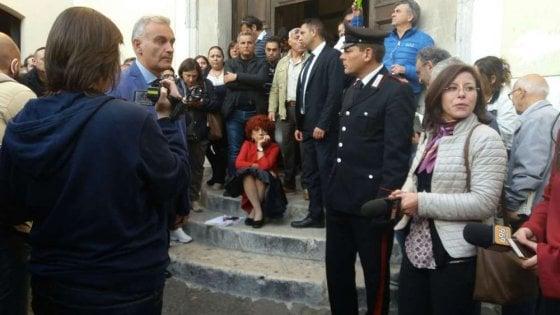 Una ministra seduta sulle scale, Valeria Fedeli constestata a Benevento