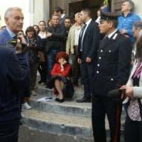 Una ministra seduta sulle scale, Valeria Fedeli contestata a Benevento