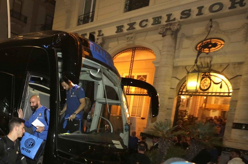L'inter arriva a Napoli: la squadra all'Hotel Excelsior salutata da 150 tifosi partenopei