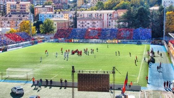 Potenza, la facciata dello stadio Viviani si rifà il look
