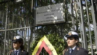Per non dimenticare Maddalena Cerasuolo: corona di fiori sul ponte della Sanità