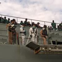 Salerno, l'attracco della nave Cantabria: a bordo 375 migranti e i cadaveri di 26 donne