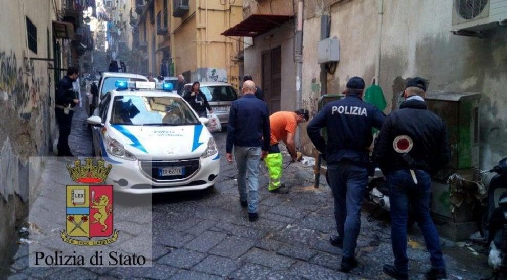 Napoli, 200 paletti abusivi per appropriarsi di spazi pubblici: interviene la polizia