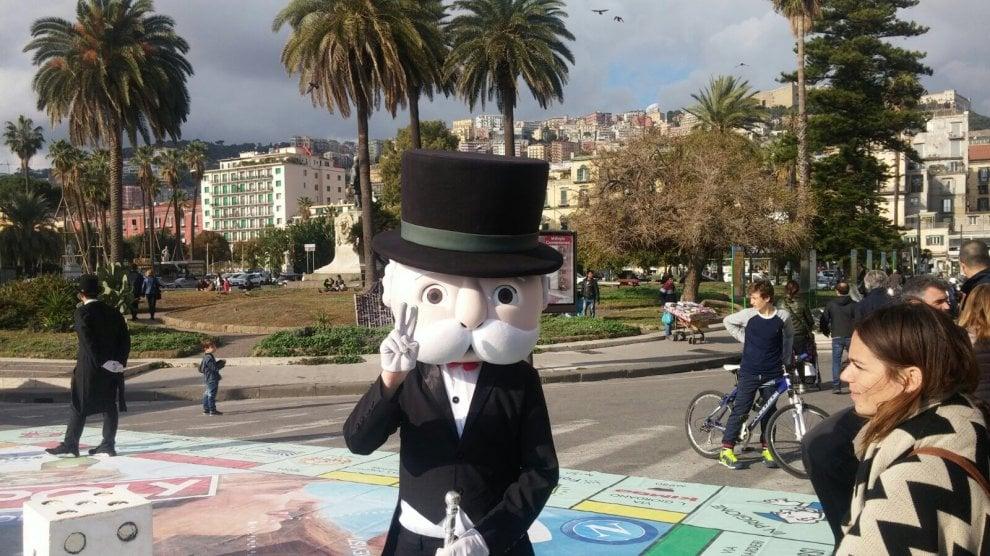 Napoli gioca a Monopoli sul lungomare: dadi giganti e pedine viventi