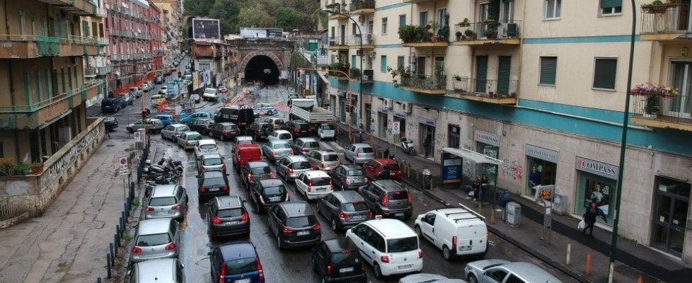 Traffico in tilt, maltempo e galleria Laziale chiusa: è caos