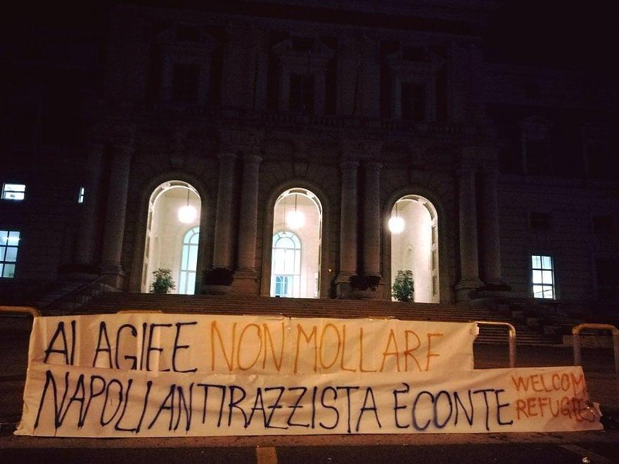 Ospedale Cardarelli, striscione di solidarietà per l'immigrato a cui hanno sparato al volto