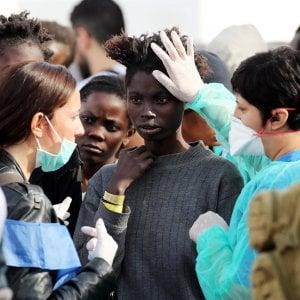 Migranti, venerdì i funerali delle 26 vittime della strage di Salerno