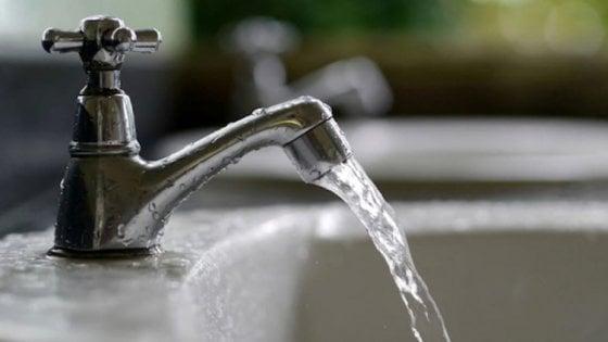 A Napoli aumenta l'acqua. Ma ci saranno tariffe sociali e forniture gratis per 35 mila famiglie disagiate