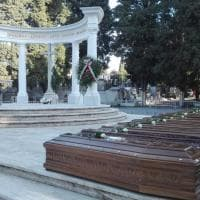 Salerno, fiori per le 26 donne morte sulla nave