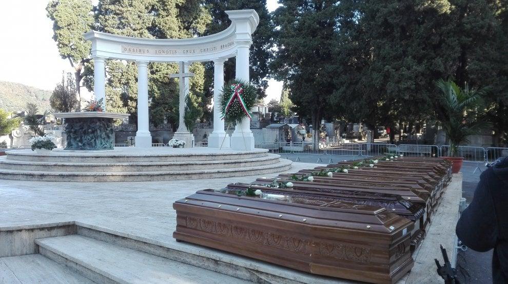 """Salerno, fiori per le 26 donne morte sulla nave """"Cantabria"""""""