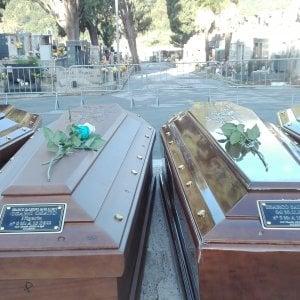 """Una rosa bianca per ogni bara. A Salerno i funerali delle 26 migranti della nave """"Cantabria"""""""