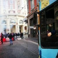 Napoli, disoccupati bloccano il tunnel della Vittoria: traffico in tilt