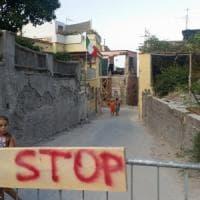 """Ischia, bufera sulla """"solidarietà a metà"""" per gli alunni senza scuola dopo il terremoto"""