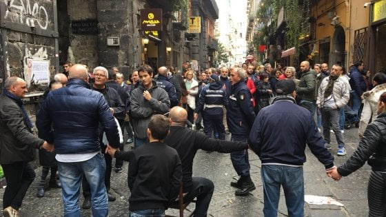 Napoli, rivolta degli ambulanti abusivi. Bloccano strada e turisti: