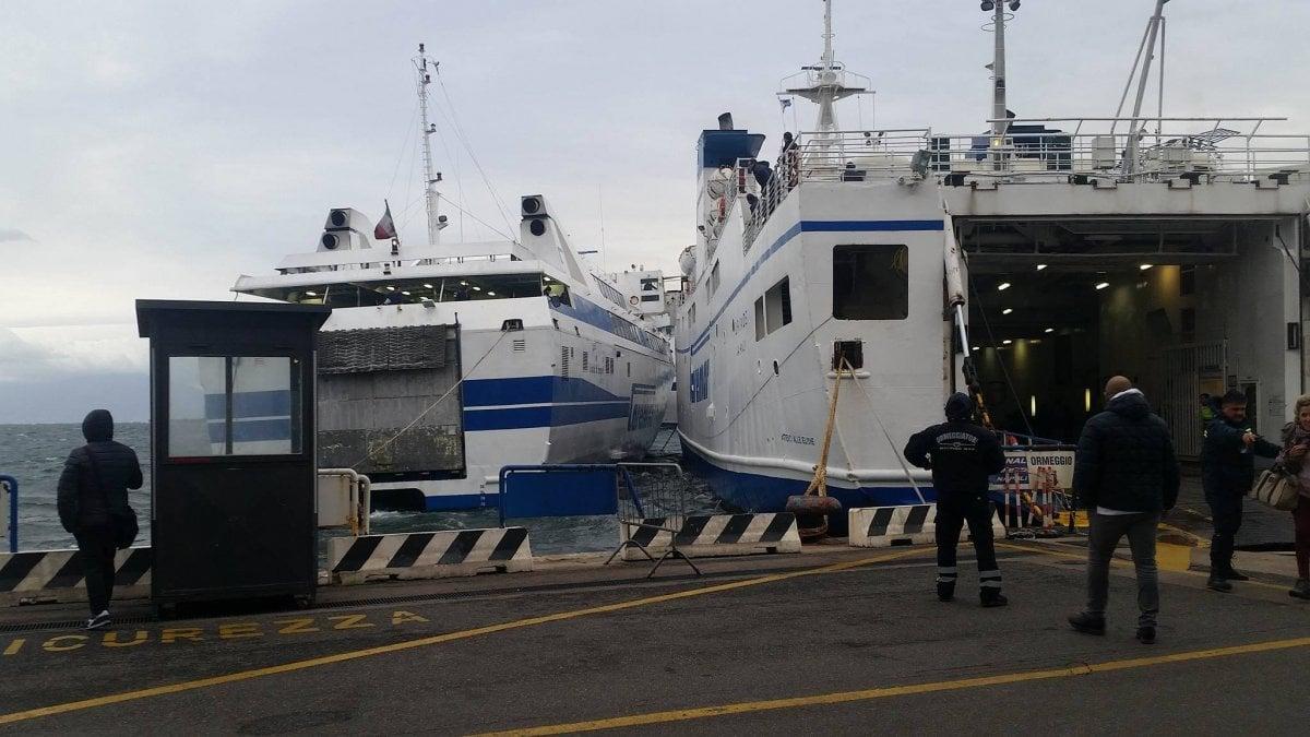Porta di massa vento forte urto tra due traghetti danni - Porta di massa napoli ...