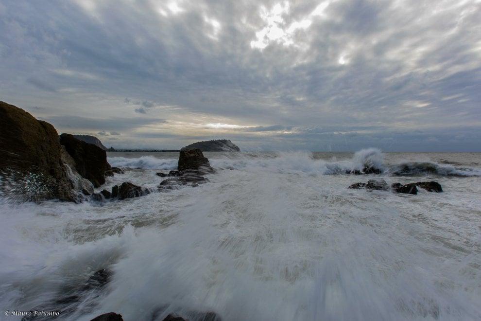 Nisida: la bellezza del mare in tempesta
