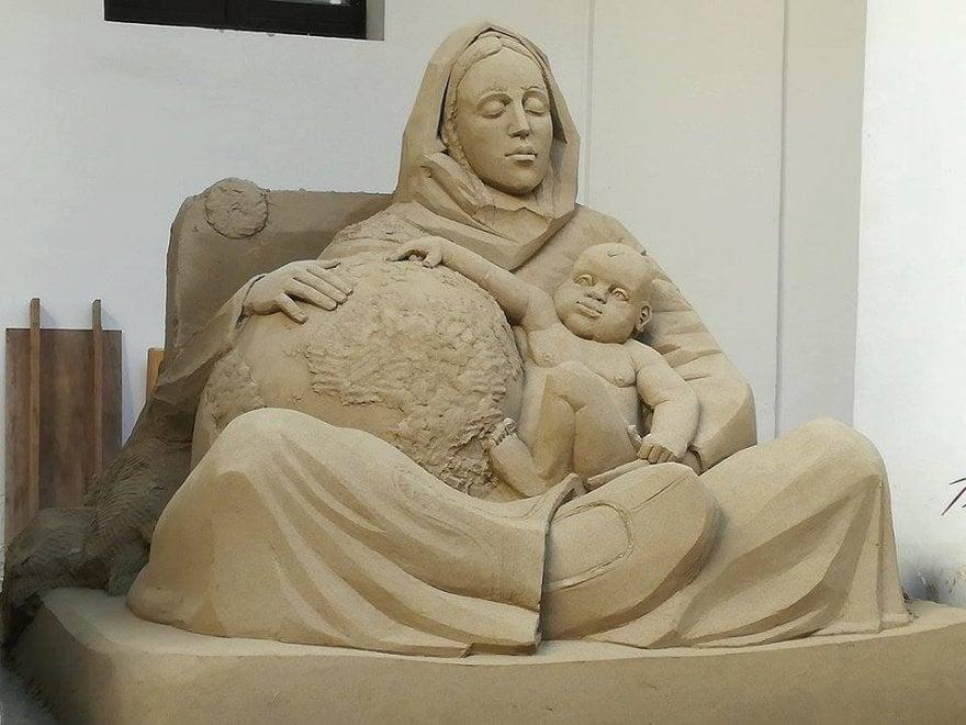 Da Papa Francesco all'ecologia, a Salerno il presepe di sabbia ambientalista