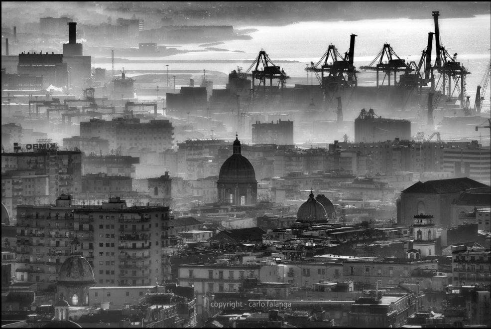 Napoli, cupole e gru: l'alba in bianco e nero da Villa Domi