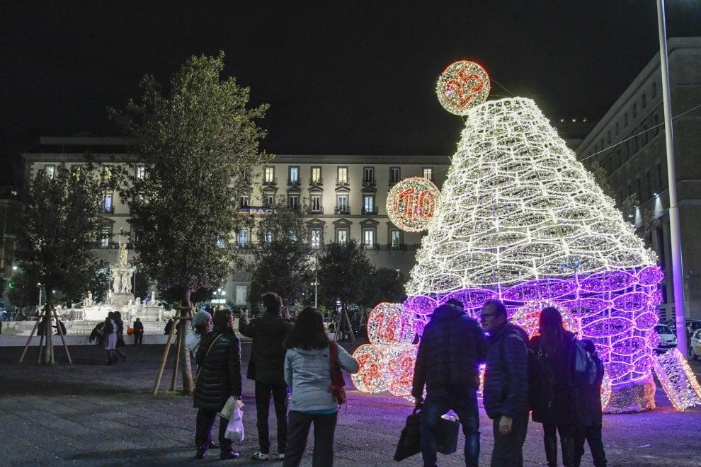 """Numeri e """"panariello"""", si accende la luminaria di piazza Municipio: è dedicata alla tombola"""