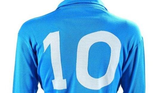 Maradona, il prezzo dei ricordi: la sua maglia del Napoli all'asta per 10mila euro