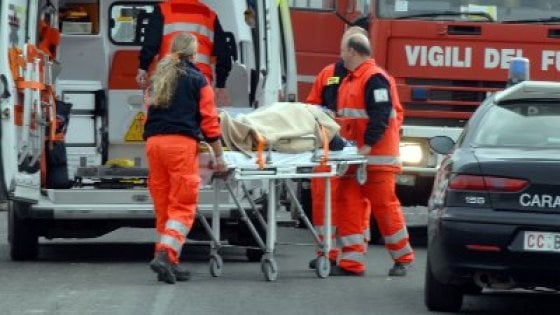Perde controllo auto e finisce giù dal ponte, anziano muore